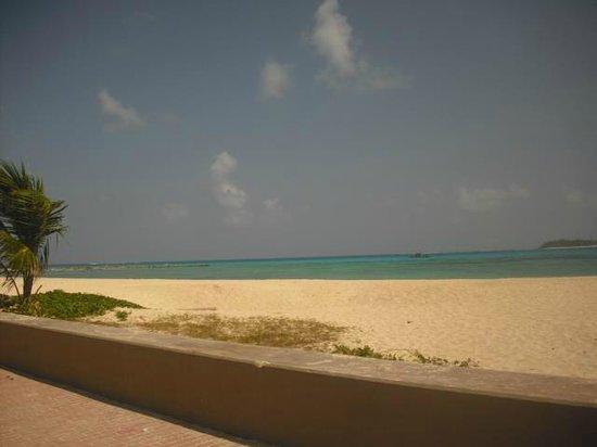 Decameron Maryland: playa a una cuadra del hotel