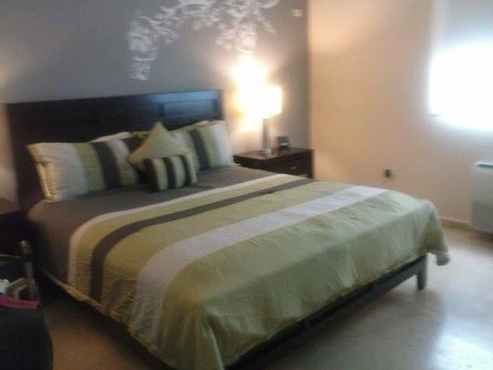 Ciqala Luxury Suites: bed fit for a king and his queen! (very comfortable)