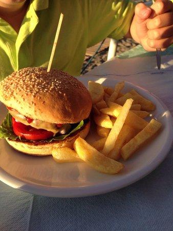 Waves Restaurant: Ypperlig Cheeseburger fra en som er kresen på det :-)