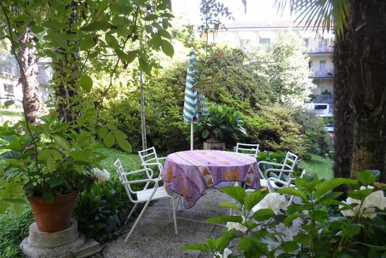 Hotel Beau Rivage : Tavoli e sedie in giardino: ideale per una pausa nel verde