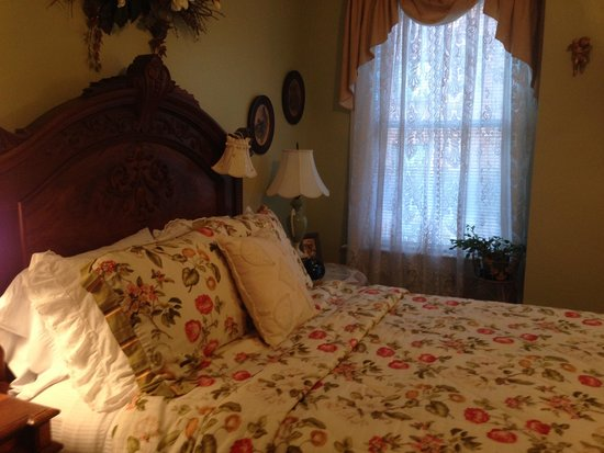 Belle Hearth Bed and Breakfast: Magnolia Room bed