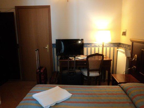 Hotel Principe Napolit'amo: Puerta de entrada/televisión