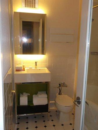 Stewart Hotel: small bathroom