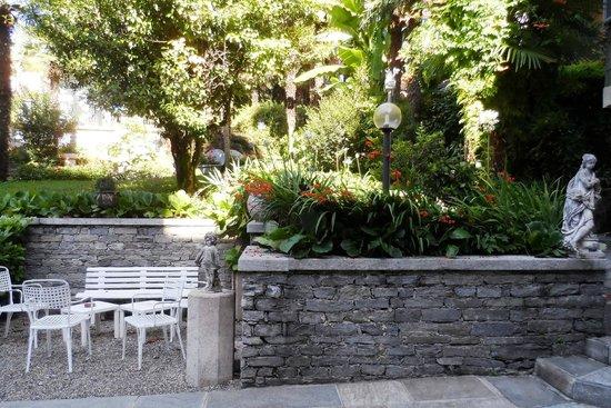 Hotel Beau Rivage : Esterno del giardino