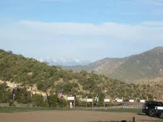 Prospectors RV Resort: Wow....Snow on the mountains in July!