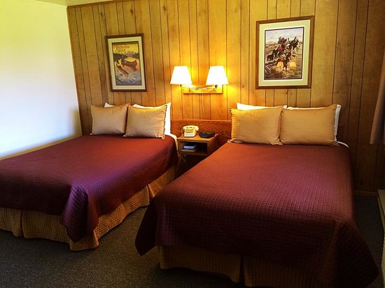 Virginian Lodge : Wood paneling 70's rooms