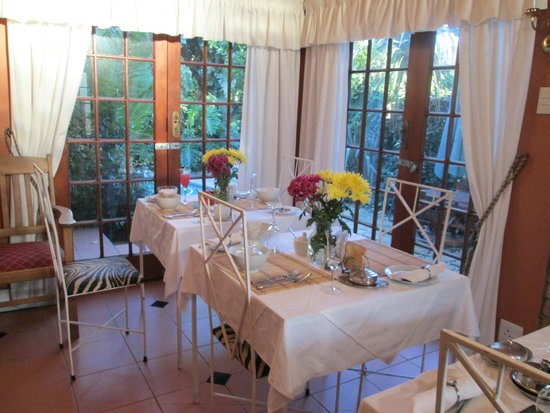Nottingham Country House: Amazing dinning room with FRESH flowers on tables