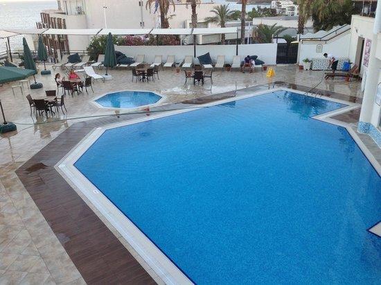 Rosso Verde Hotel: piscine le soir après nettoyage des plages