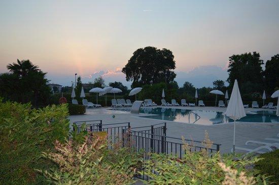 Residence Borgo Mondragon: Swimming