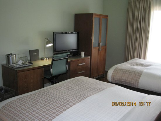 Acqua Hotel Mill Valley: Double Queen Room: standing closet & desk