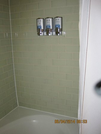 Acqua Hotel Mill Valley: Double Queen Room Shower with soap dispensers
