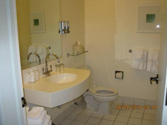 Acqua Hotel Mill Valley: Double Queen Bathroom sink & commode