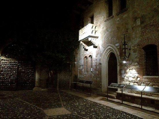 Il Sogno di Giulietta: The courtyard