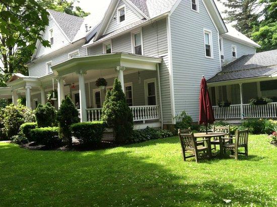 Jefferson Inn of Ellicottville : Jefferson Inn - Front Patio