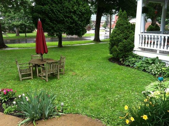 Jefferson Inn of Ellicottville : Jefferson Inn - Picnic Table on Front Lawn