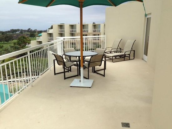 Hilton La Jolla Torrey Pines : Huge balcony - Golf Course Terrace room.