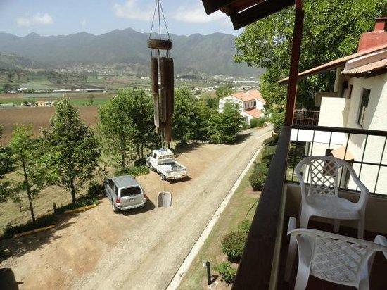 Altocerro Villas, Hotel & Camping: vista del paqueo desde la habitacion