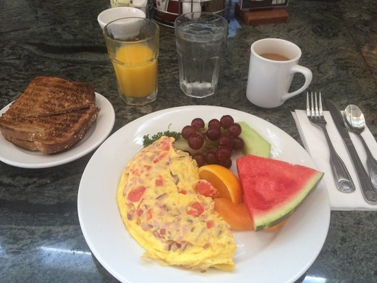 Wilma's Patio: Omelette with fruit and toast. Awesome.