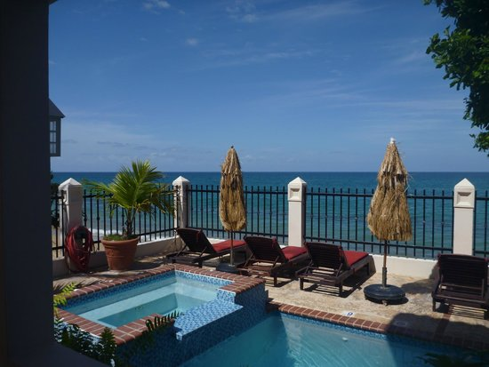 Tres Sirenas Beach Inn : Pool/beach view.