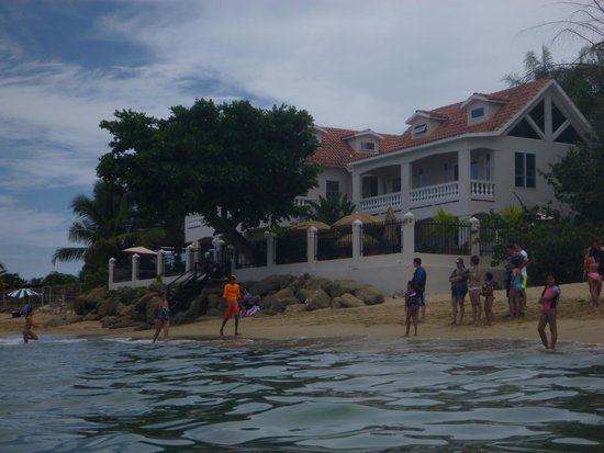 Tres Sirenas Beach Inn : View of inn from water (probably the most crowded we saw that beach get!)