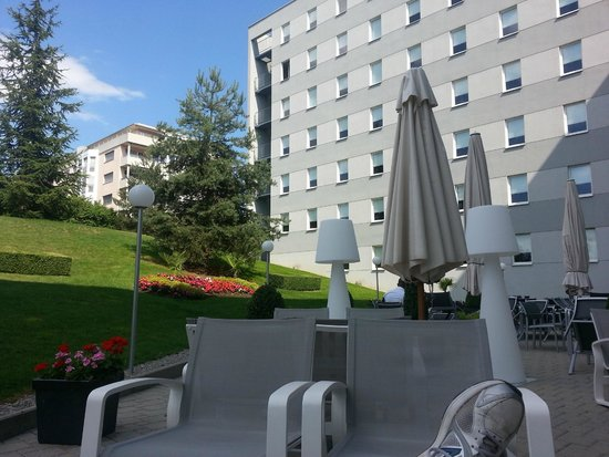 ibis budget Geneva: Terrace behind the hotel