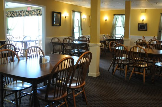 Madison, NH: Newly redecorated dining room