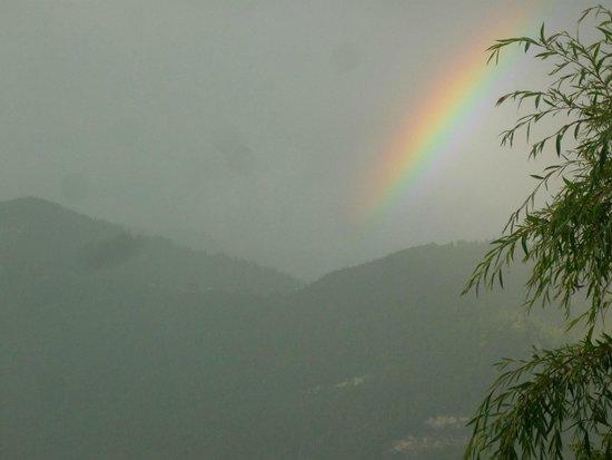 Camping les Fontaines: vue sur la montagne en face de la terasse de mon mobil home