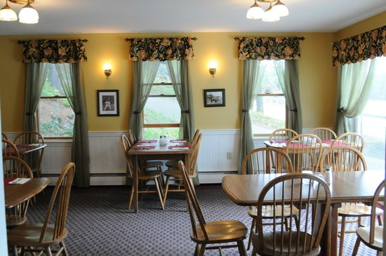 Madison, Нью-Гэмпшир: Redecorated Dining Room at Traditions