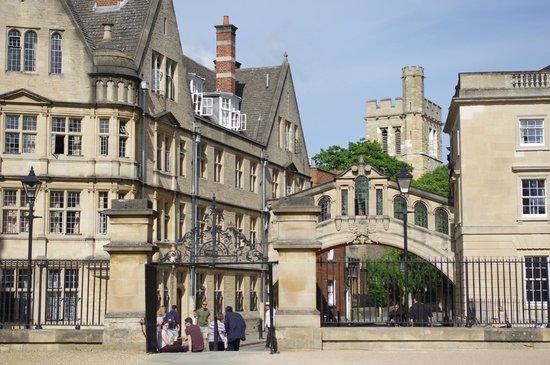 Golden Tours : Oxford - famous bridge