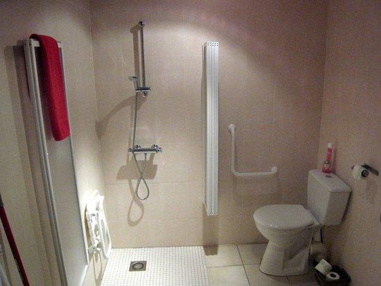 Chez Virginie: cabinet de toilette de la suite rose parfaitement équipé