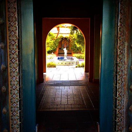 Royal Palms Resort and Spa: Courtyard Entrance