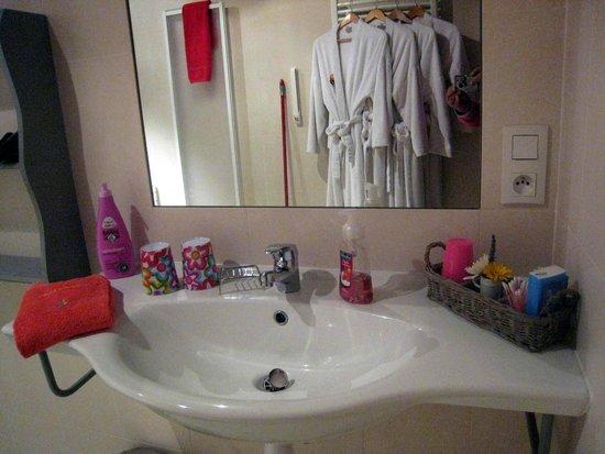 Chez Virginie: cabinet de toilette de la suite rose avec ses 4 peignoirs!