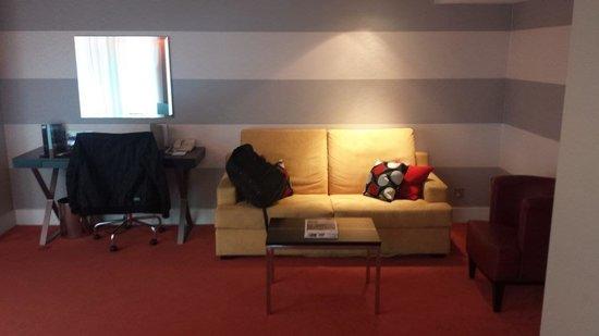 Park Plaza Riverbank London : living room
