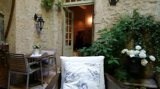 Hotel De Vigniamont: View of Provence Room from Courtyard