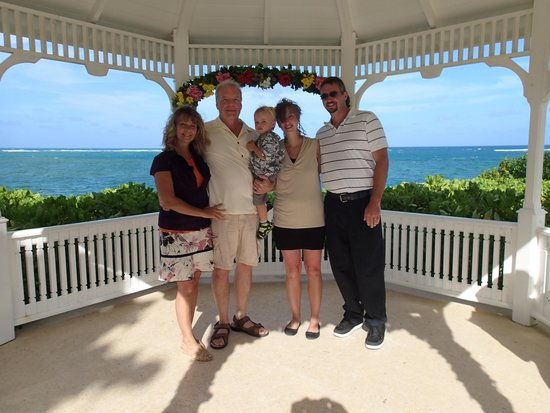 St. James's Club & Villas : Family pic at Wedding vow renewal