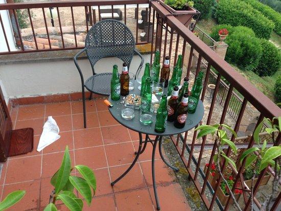 Hotel Bramante: Hier fehlen noch mind. 10 braune Bierflaschen, die vom Nachtportier um 22.30h unseren Nachbarn i