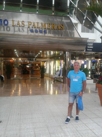 H10 Las Palmeras: la entrada del hotel