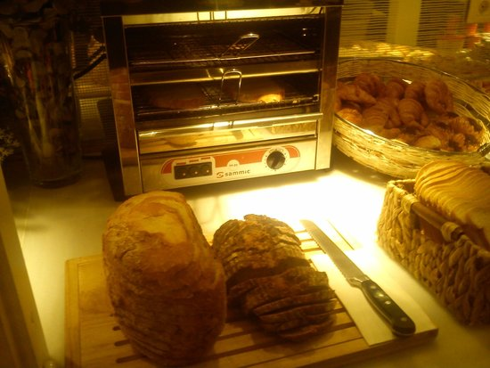 Ofelias Hotel: bloomers, pastries and toasting machine