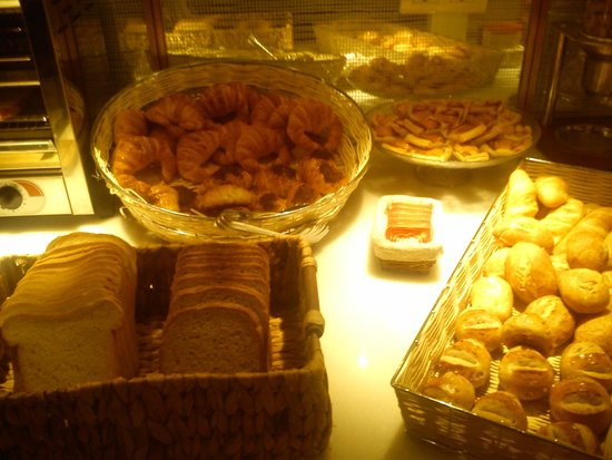 Ofelias Hotel: bread, pastries, bread rolls