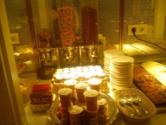 Ofelias Hotel: cereals, yoghurts, jams and instant coffee