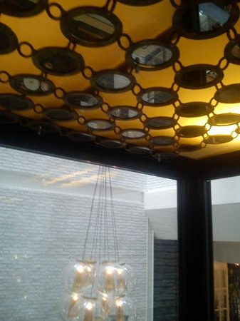 Ofelias Hotel: Mirrors on the lift ceiling