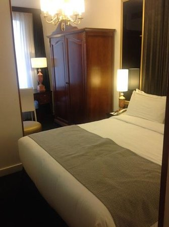 Melia Paris Champs Elysees: cama armario y mesa de trabajo