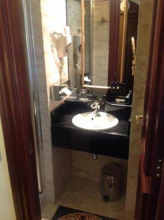 Meliá París Champs Elysées : lavabo. maniobras con la puerta