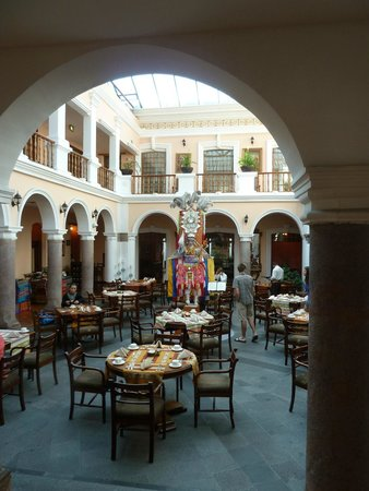 Hotel Patio Andaluz: Courtyard and dining area