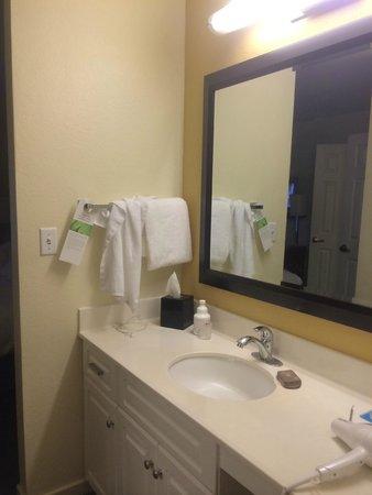 HYATT house Boston/Waltham: Bathroom, plenty of towels
