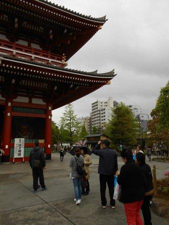 Via Inn Asakusa: Senso-ji Tempel mit Hotel im Hintergrund