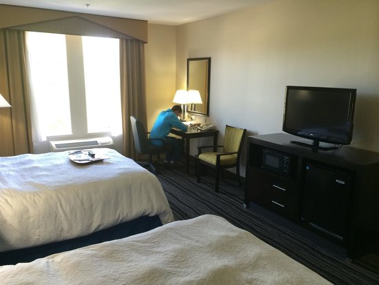 Hampton Inn & Suites Mountain View: Convenient desk space with lots of outlets and decent WIFI