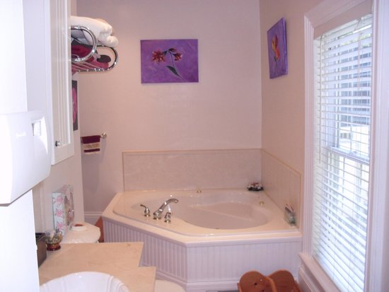 PillowCase B&B : modern jecuzzi bath suite
