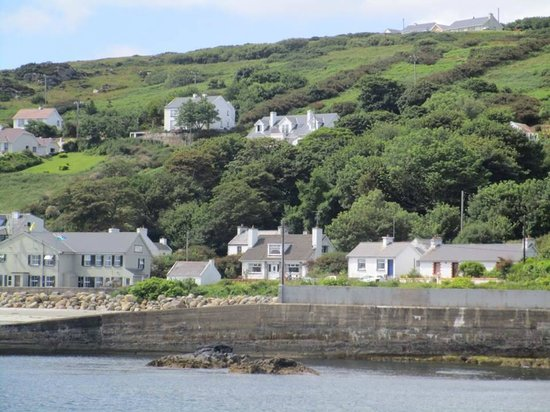 Leabgarrow, Ireland: View of hostel from the ferry