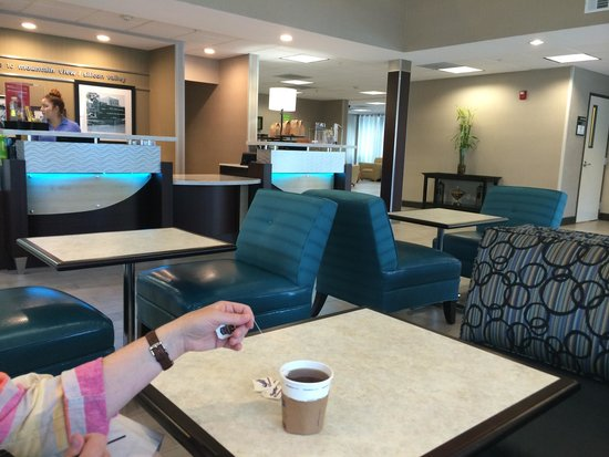 Hampton Inn & Suites Mountain View: Nice hotel lobby with decent self-serve breakfast in the morning.